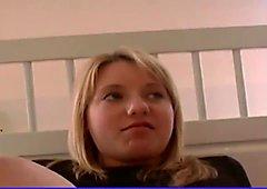 handfängslad blond tonåring