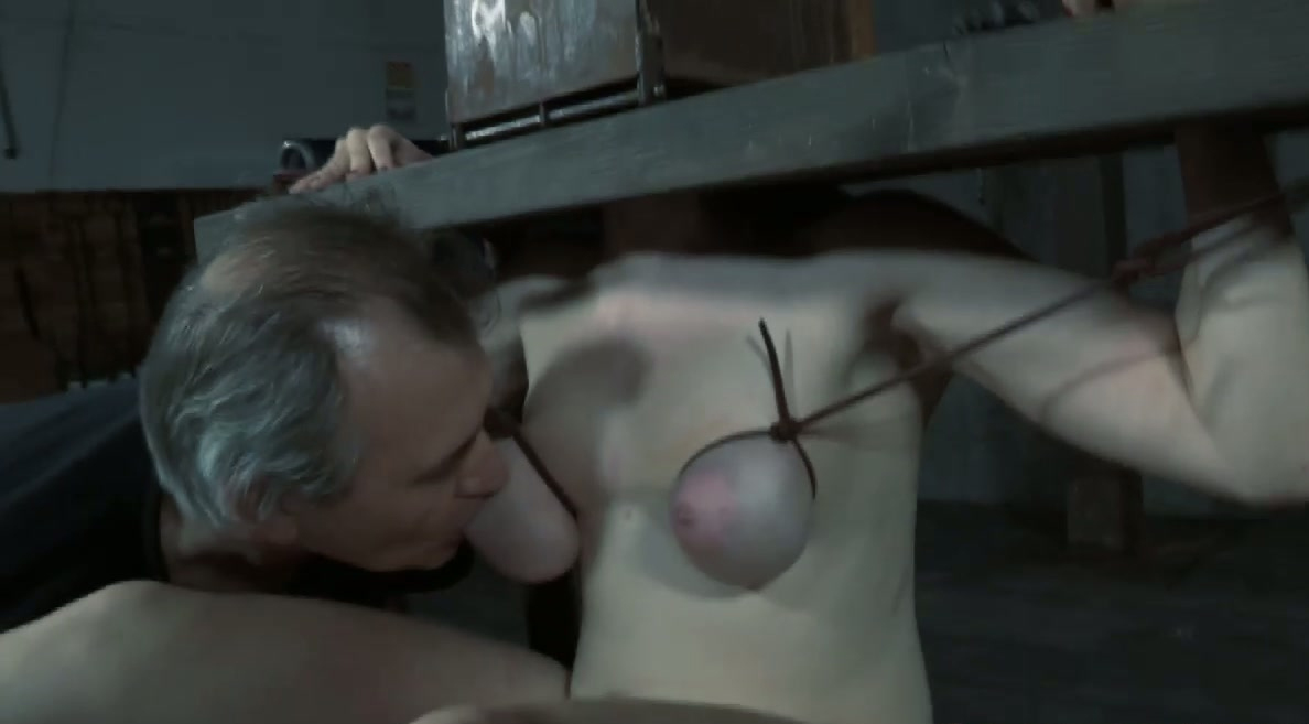 tjej slåss naken