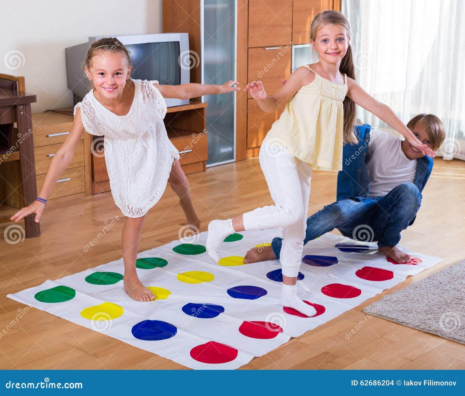 spelar twister pojkar
